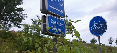 cycle track sign, indicating the direction to Roskilde